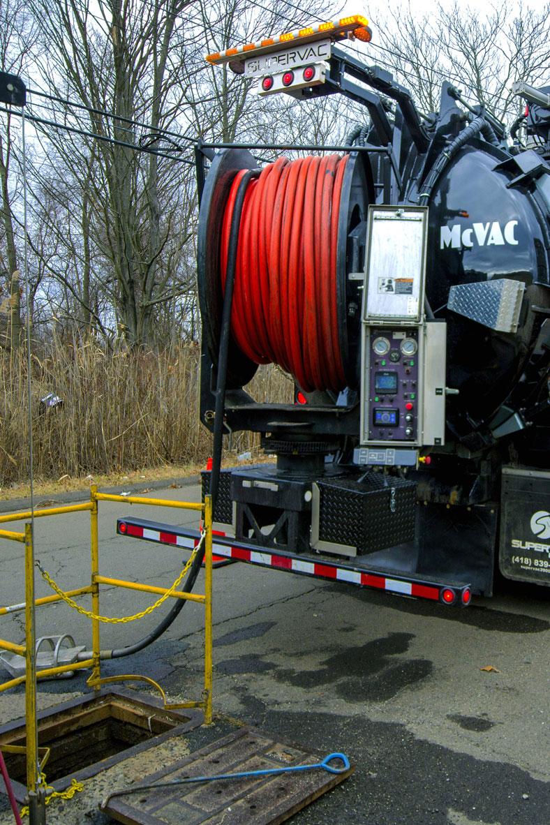 Desentupimento com caminhão Sewer Jet e a vácuo
